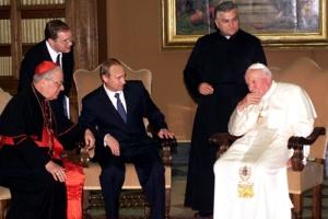 TAS37: VATICAN CITY, JUNE 5. Pope John Paul II (R) shares his ideas with Russian President Vladimir Putin (L) as to the problem of active collaboration with Saint Throne to keep the world in peace, during their meeting in Vatican on Monday evening. (Photo by Sergei Velichkin and Vladimir Rodionov/ ITAR-TASS) ----- ÒÀÑ 53 Âàòèêàí, 5 èþíÿ. Àêòèâíîå ñîòðóäíè÷åñòâî ñî Ñâÿòûì Ïðåñòîëîì â äåëå ïîääåðæàíèÿ ìèðà âî âñåì ìèðå ñòàëî, êàê è ïðåäïîëàãàëîñü, îäíîé èç ãëàâíûõ òåì áåñåäû ïðåçèäåíòà ÐÔ Âëàäèìèðà Ïóòèíà (íà ñíèìêå â öåíòðå) ñ Ïàïîé Ðèìñêèì Èîàííîì Ïàâëîì Ï (ñïðàâà). Ôîòî Âëàäèìèðà Ðîäèîíîâà è Ñåðãåÿ Âåëè÷êèíà (ÈÒÀÐ-ÒÀÑÑ)
